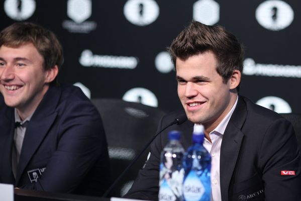 magnus-and-karjakin-smile